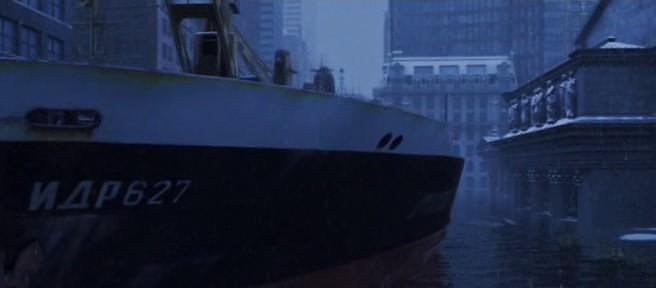 Кадр из фильма «Послезавтра» – Русский корабль возле общественной библиотеки в Нью-Йорке