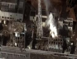 Снимок выбросов дыма и радиоактивных веществ из разрушенного реактора
